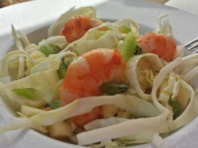 Salade de chou, crevettes, kiwi et pommes