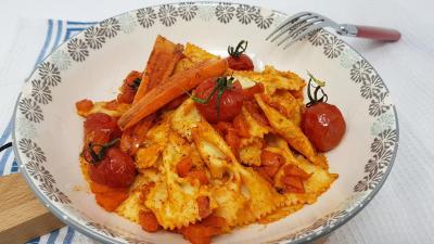 Carottes et tomates et pates