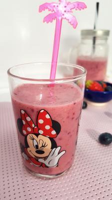 Smoothie framboises fraises et myrtilles